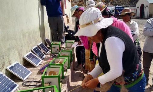 Autodema entregó hiladoras a artesanas de Tarucamarca